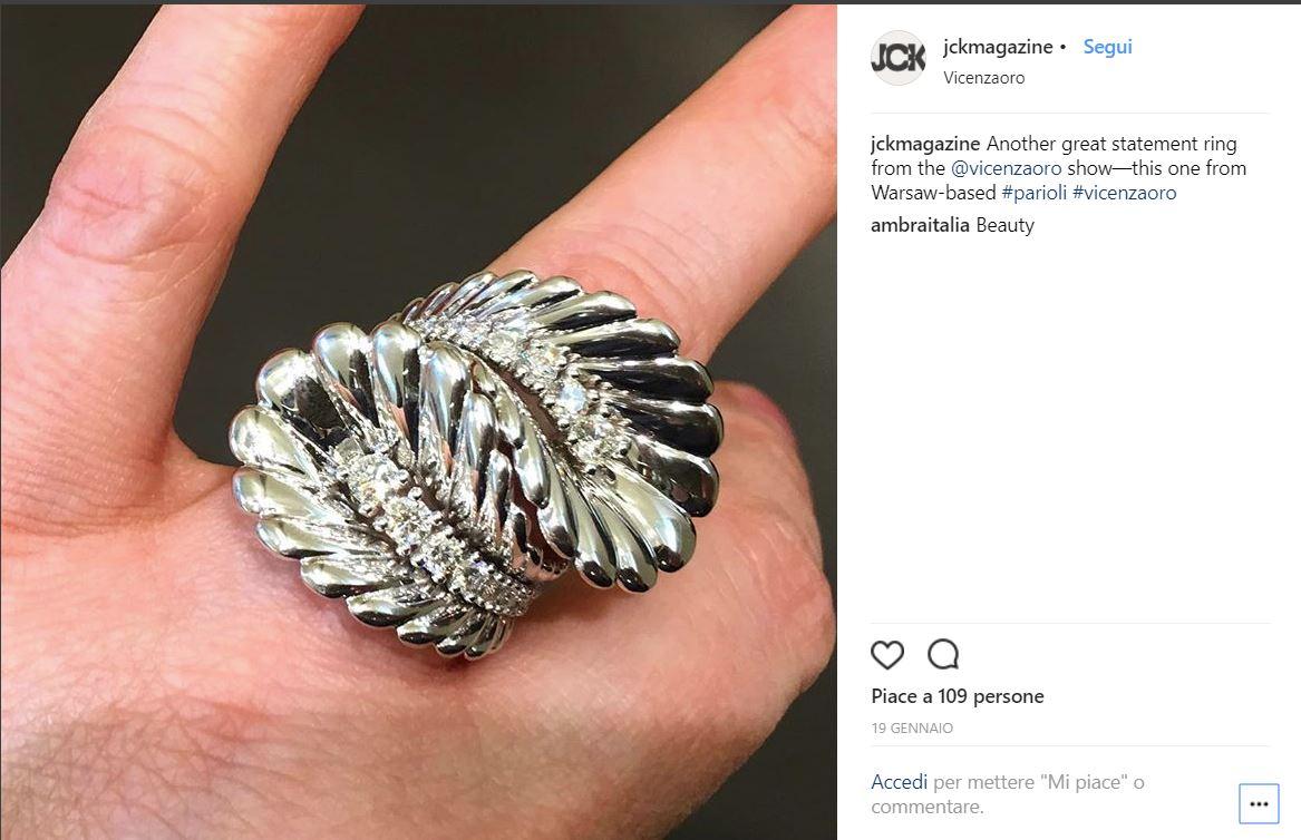 Angel pierścionek produkcji Parioli w JCK Magazine zdjęcie z targów Vicenzaoro 2018 białe złoto z diamentami
